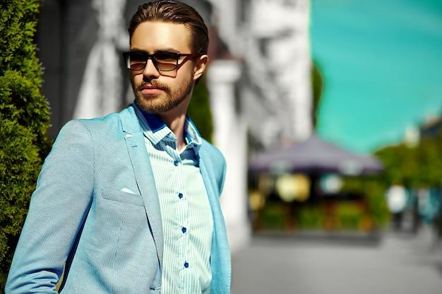 High fashion look.young stijlvolle zelfverzekerde gelukkig knappe zakenman model in pak kleding levensstijl in de straat in zonnebril Gratis Foto