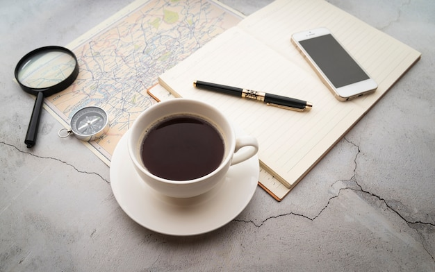 High view koffie en reisplannen Gratis Foto