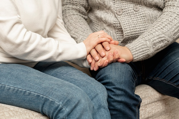 Higha ngle senior paar hand in hand Premium Foto