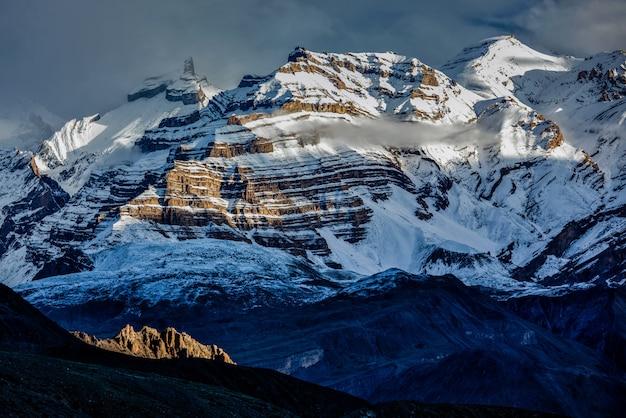 Himalaya-bergen in sneeuw Premium Foto