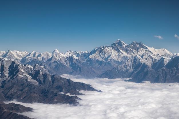 Himalaya-bergkam. zet everest-luchtmening van het platteland van nepal op Premium Foto