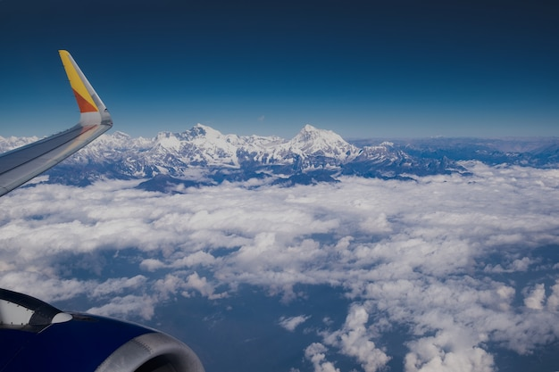 Himalaya-bergkam. zet luchtfoto everest van vliegtuig in de kant van het platteland van nepal op Premium Foto