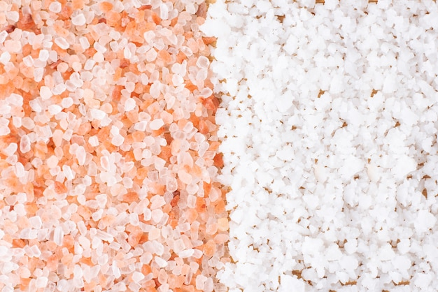 Himalaya roze zoutkristallen met grof zeezout of wit zout, scrub epsom spa-therapie, gezond ingrediënt koken. Premium Foto