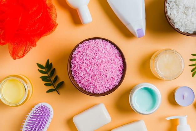 Himalayazout met cosmetische producten op gekleurde achtergrond Gratis Foto