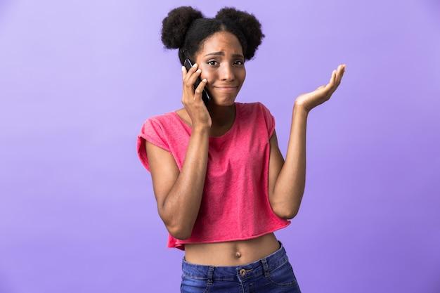 Hipster afrikaans amerikaans meisje glimlachend en praten op mobiele telefoon, geïsoleerd Premium Foto