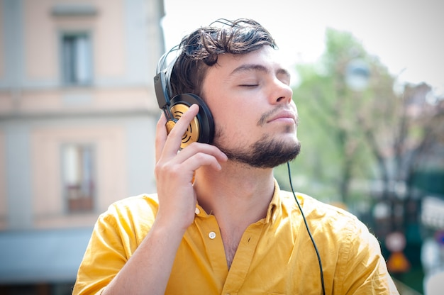 Hipster jonge man luisteren naar muziek Premium Foto
