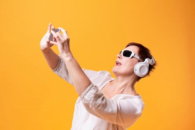 Hipster senior vrouw selfies nemen Gratis Foto