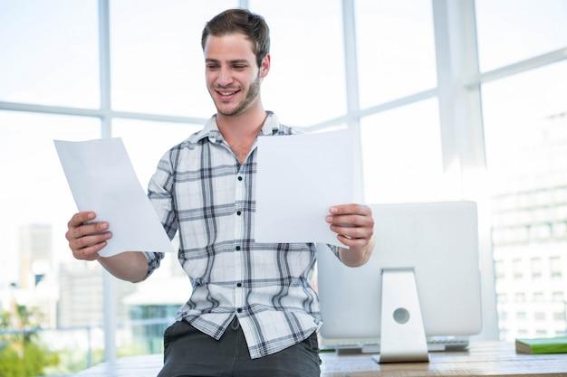 Hipstermens die document in bureau bekijken Premium Foto