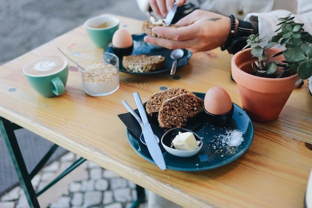 Hipsterontbijt in café met roggebrood Gratis Foto