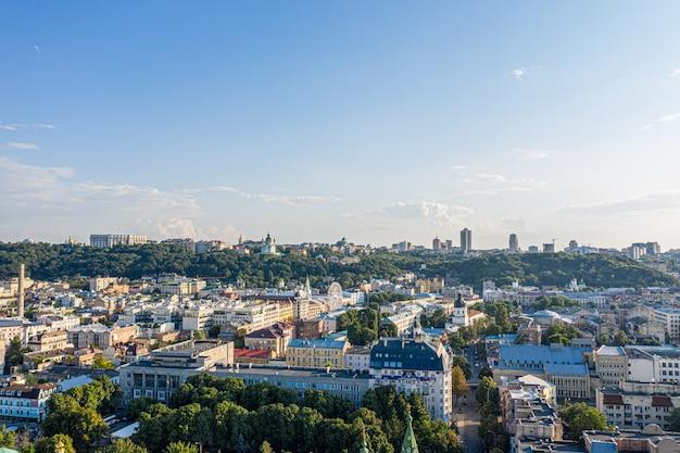 Historisch centrum van kiev en kleurrijke architectuur van de stad. herfst urbanism Premium Foto