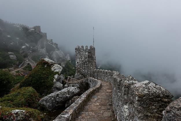 Historisch kasteel van de moren in sintra, portugal op een mistige dag Gratis Foto