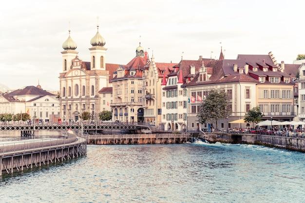 Historisch stadscentrum van luzern met beroemde kapelbrug in zwitserland. Premium Foto