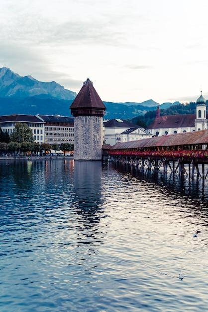 Historisch stadscentrum van luzern met beroemde kapelbrug in zwitserland Premium Foto