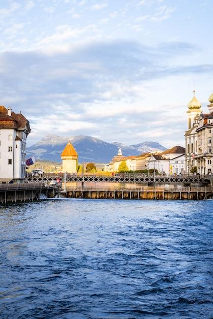 Historisch stadscentrum van luzern met de beroemde kapelbrug in zwitserland. Premium Foto