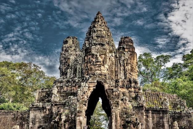 Historische standbeelden in angkor thom, siem reap, cambodja Gratis Foto