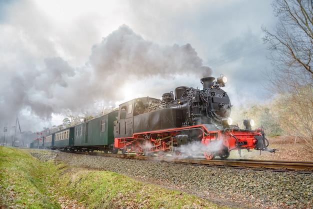 Historische stoomtrein op rugen in duitsland Premium Foto