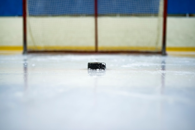 Hockeypuck voor de poort Premium Foto