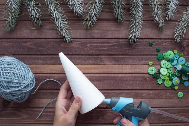 Hoe maak je thuis een kerstboom van touw en knopen. stap voor stap instructies. Premium Foto