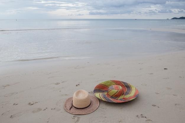 Hoeden op een strand op tropisch eiland Gratis Foto