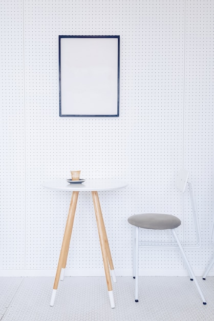 Hoek van een keuken met een tafel grijze stoelen en een for Lichtgrijze muur