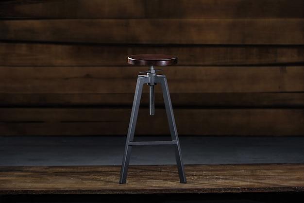 Hoge barkruk op een houten achtergrond Gratis Foto