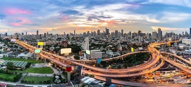 Hoge engel luchtfoto van bangkok centrum snelweg met wolkenkrabber gebouw panoramisch Premium Foto