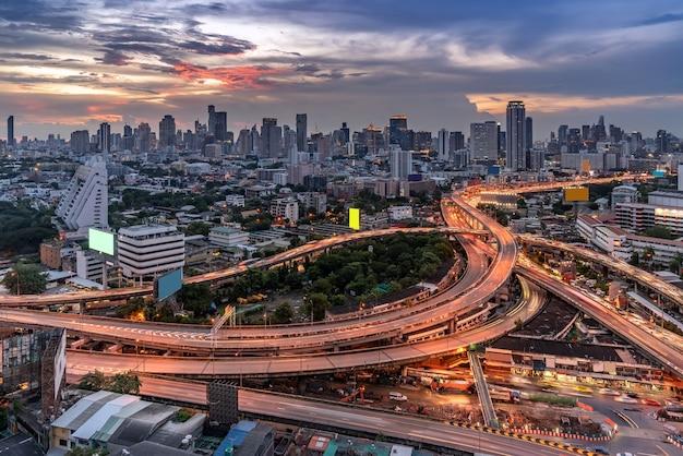 Hoge engel luchtfoto van bangkok centrum snelweg met wolkenkrabber gebouw Premium Foto