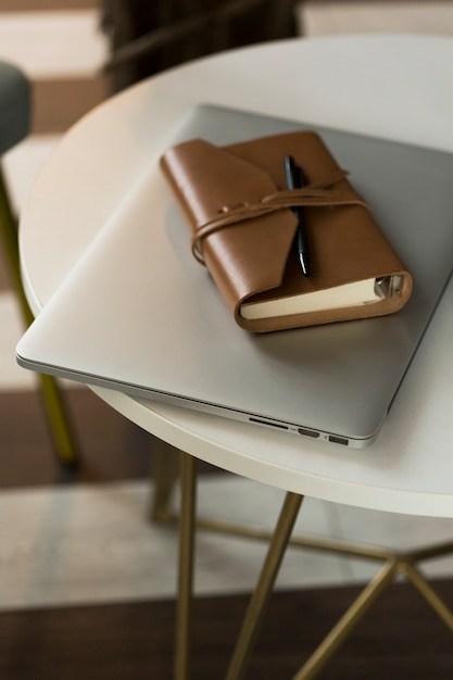 Hoge hoek agenda en laptop Gratis Foto