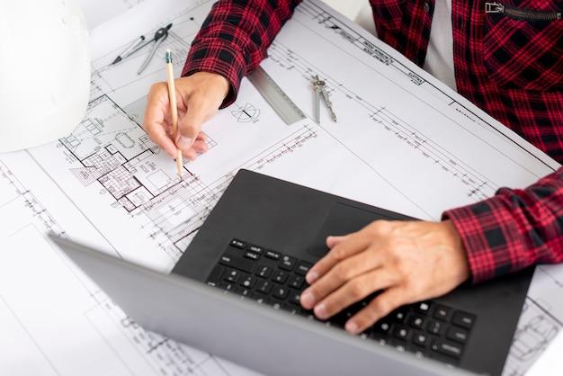 Hoge hoek architect bezig met project Gratis Foto