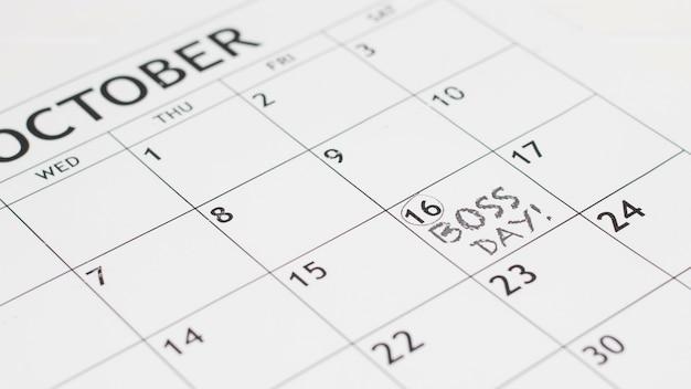 Hoge hoek baas dagdatum in kalender Gratis Foto