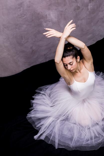 Hoge hoek ballerina zwaan positie Gratis Foto