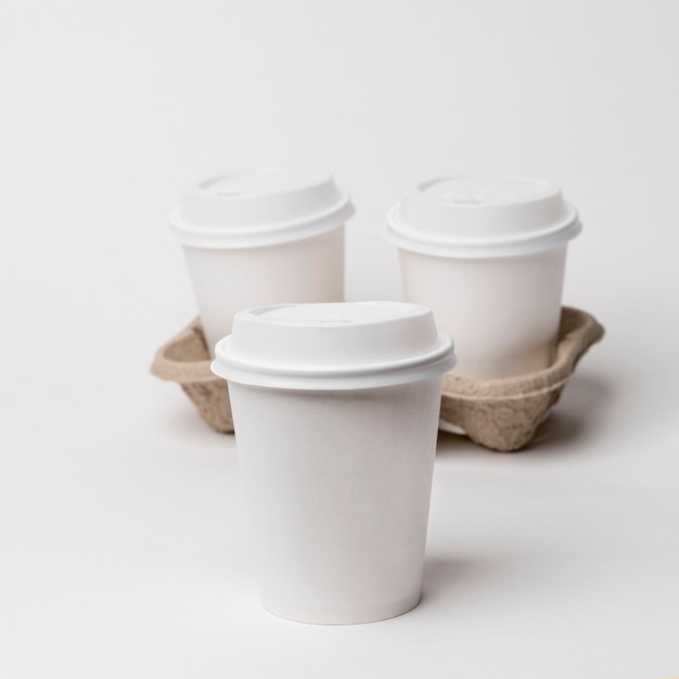 Hoge hoek bekerhouder met koffiekopjes Gratis Foto