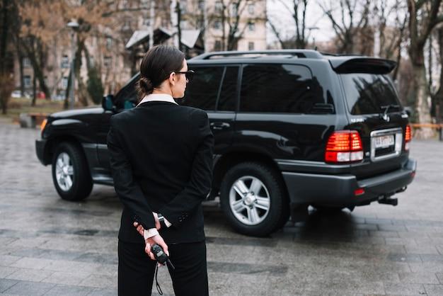 Hoge hoek bewaker vrouw kijken gebied Gratis Foto