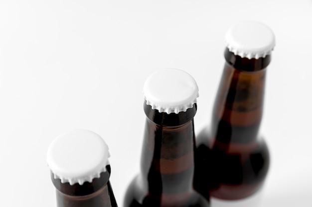 Hoge hoek bierflesjes met blanco doppen Gratis Foto
