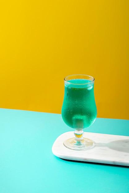 Hoge hoek blauwe drank in glas Gratis Foto