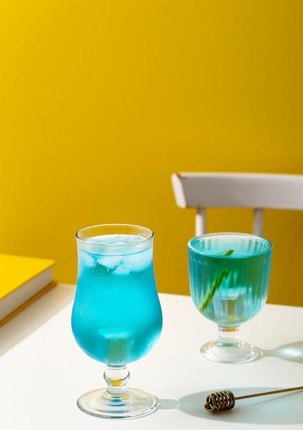 Hoge hoek blauwe drank in glazen Gratis Foto