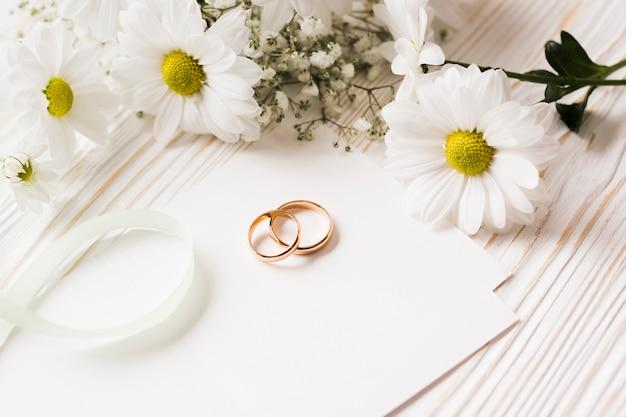 Hoge hoek bloemen en verlovingsringen Gratis Foto
