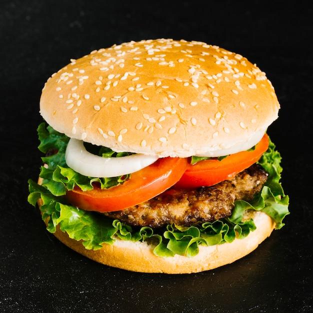 Hoge hoek close-up burger Gratis Foto