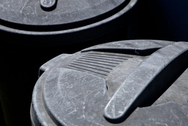 Hoge hoek close-up shot van een plastic vuilnisbak onder het zonlicht Gratis Foto