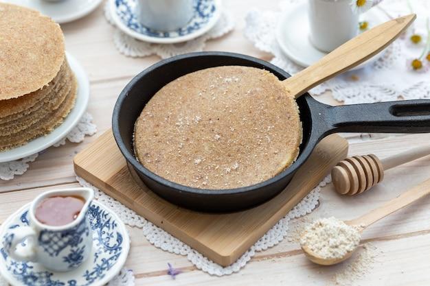 Hoge hoek close-up shot van rauwe veganistische pannenkoeken in een esthetisch tafelontwerp Gratis Foto