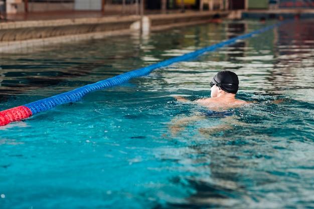 Hoge hoek dagelijkse praktijk bij het zwembad Gratis Foto