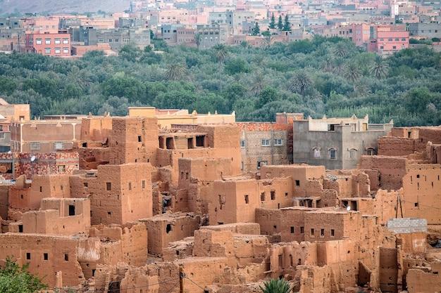 Hoge hoek die van de historische verwoeste gebouwen in marokko is ontsproten Gratis Foto