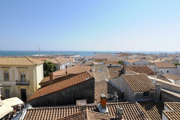 Hoge hoek die van de huizen dichtbij de oceaan is ontsproten die in camague, frankrijk worden gevangen Gratis Foto