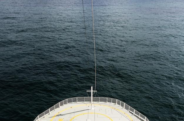 Hoge hoek die van een grote zeilboot is ontsproten die op de kalme oceaan drijft Gratis Foto
