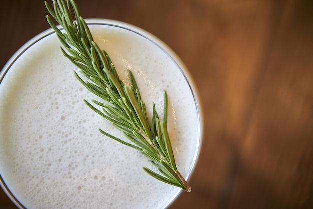 Hoge hoek die van een heerlijke verfrissende alcoholische cocktail is ontsproten Gratis Foto