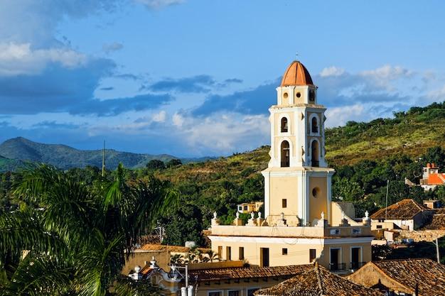 Hoge hoek die van een stadslandschap met kleurrijke historische gebouwen in cuba is ontsproten Gratis Foto