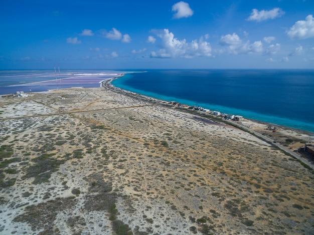 Hoge hoek die van een tropisch strand in caraïbisch bonaire is ontsproten Gratis Foto