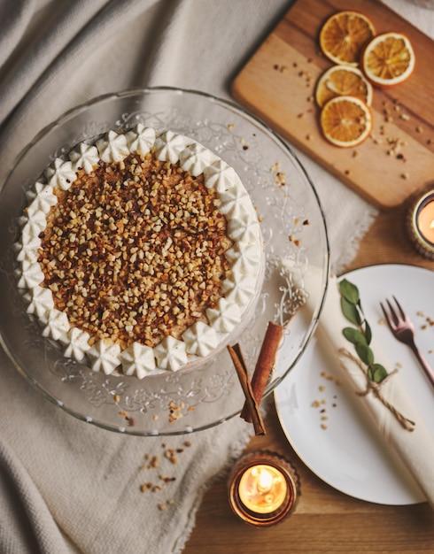 Hoge hoek die van een witte heerlijke cake van kerstmis met noten en mandarijn is ontsproten Gratis Foto