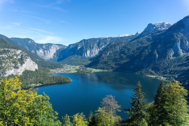 Hoge hoek die van het hallstatt-meer is ontsproten dat door hoge rotsachtige bergen in oostenrijk wordt omringd Gratis Foto