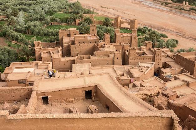 Hoge hoek die van het historische dorp kasbah ait ben haddou in marokko is ontsproten Gratis Foto